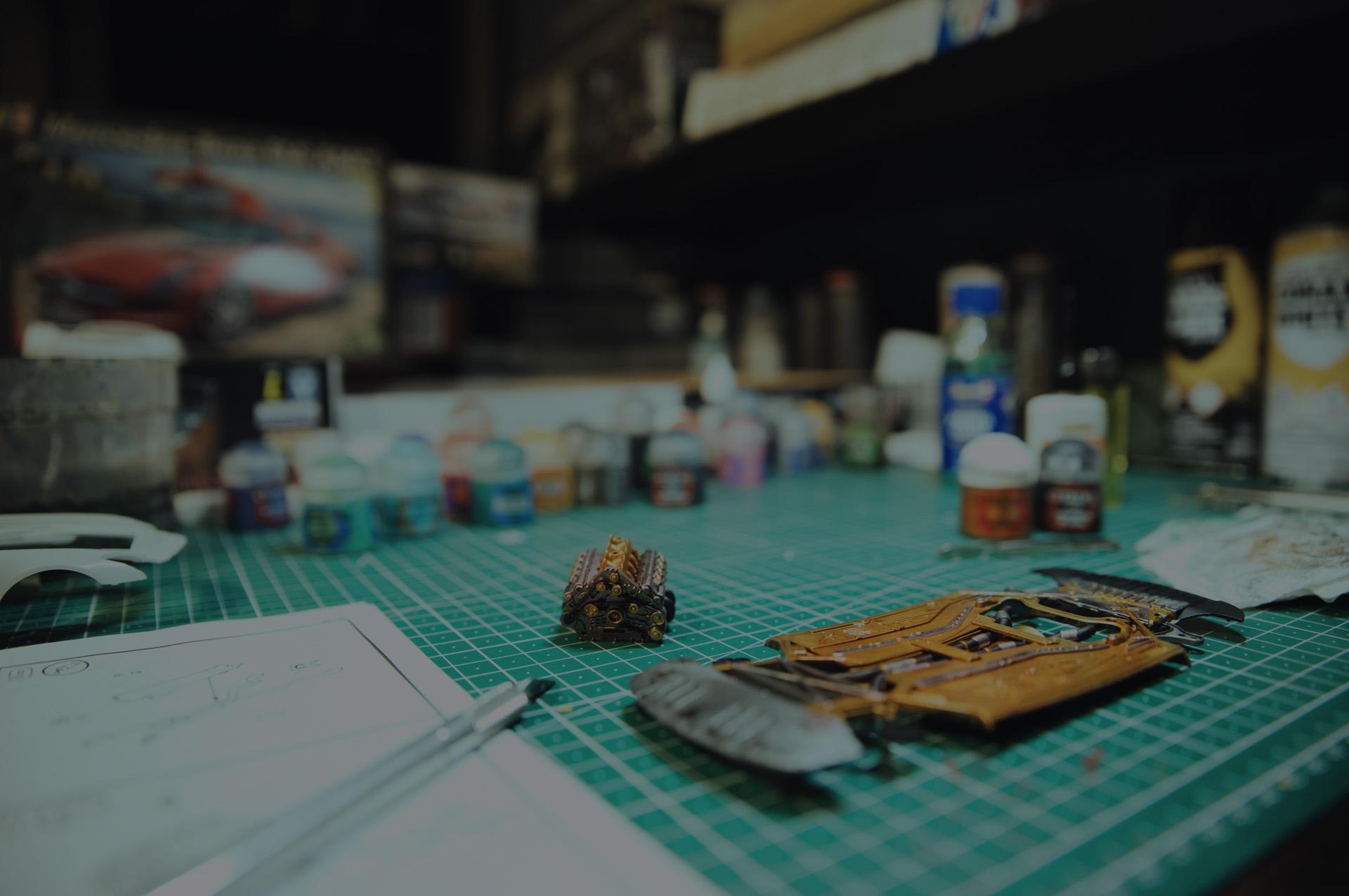 Auto Modellbau auf modellbautest.de - Modellbausatz vor Modellbauutensilien, verpackten Bausätzen und Bastelmatte