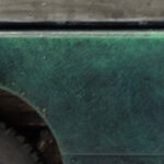 Detailaufnahme eines Modellautos mit mattem, gealtertem Lack