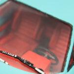 Detailaufnahme eines Modellautos mit roter Lederausstattung