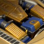 Detailaufnahme eines Modellautos mit goldenem Motor