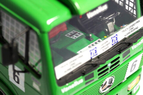 Detailaufnahme des Innenraums des Revell Renntruck Mercedes LS 1450 im Maßstab 1:25