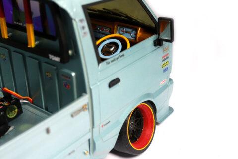 Detailaufnahme des WPL D12 Suzuki Carry im Maßstab 1:10